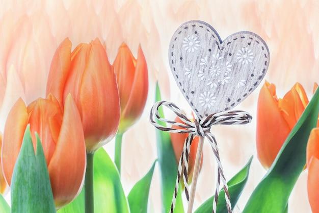 Винтажное сердце с цветами красных тюльпанов