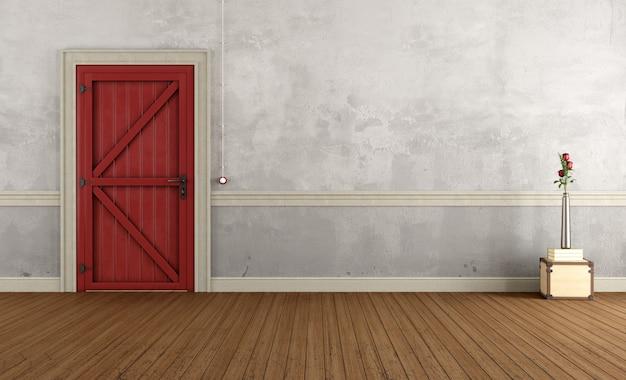 Старинный домашний вход с красной закрытой дверью