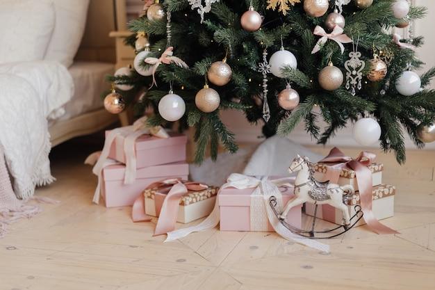 빈티지 말 장난감과 크리스마스 트리 아래 선물