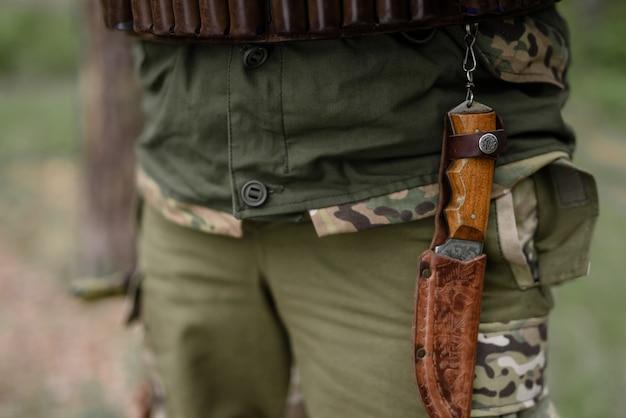 남자 벨트 탄약에 빈티지 사냥 칼입니다.