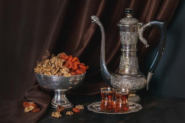 Винтажный кувшин для воды или чая, ваза с сухофруктами и тарелка с чаем в бокалах для армуды.