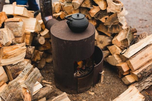 Винтажный чайник с ароматным кофе на плите в осеннем лесу