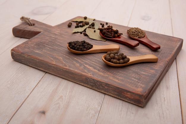 まな板の上に木のスプーンでヴィンテージの台所用品やスパイス。料理のコンセプト。上面図。