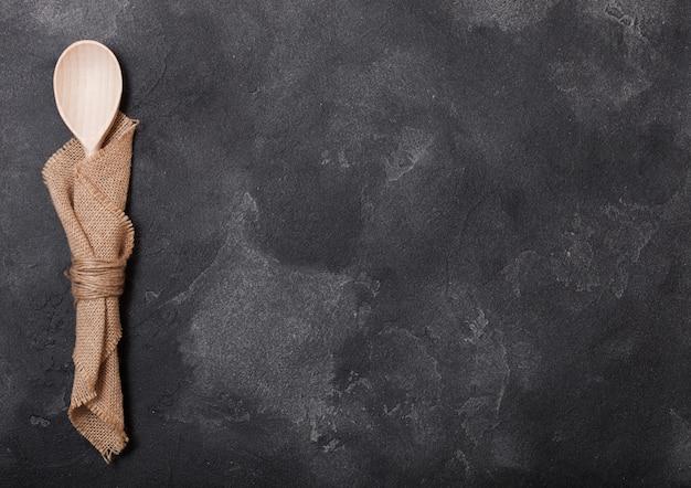 黒い石のテーブルにビンテージキッチン木製調理器具。上面図..