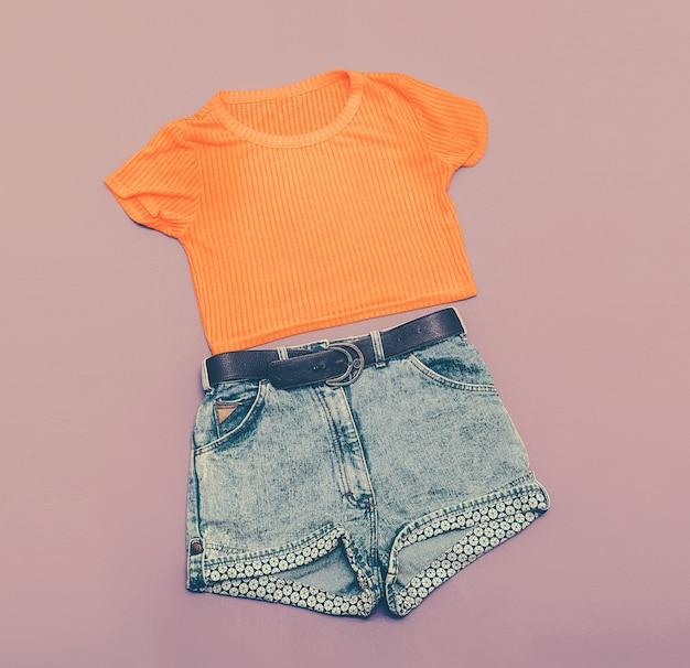 빈티지 여성용 데님 반바지와 밝은 셔츠. 글래머 스타일