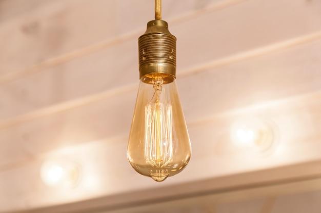 Винтажные лампы украшали уличные киоски. винтажное украшение освещения для ресторана