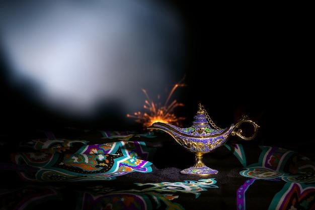 검은 배경에 알라딘의 빈티지 램프