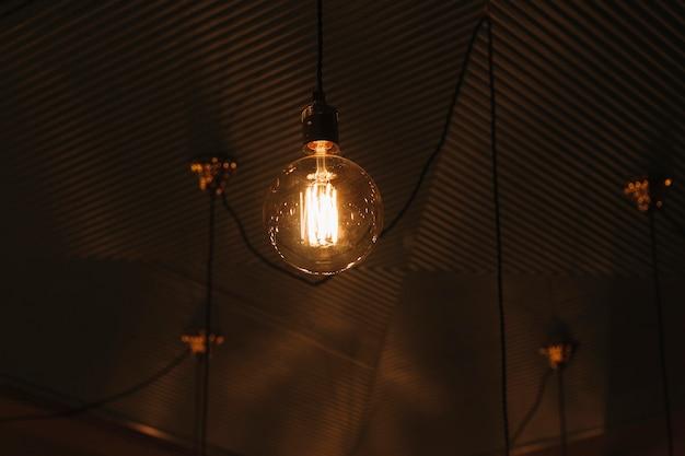 천장에 빈티지 램프