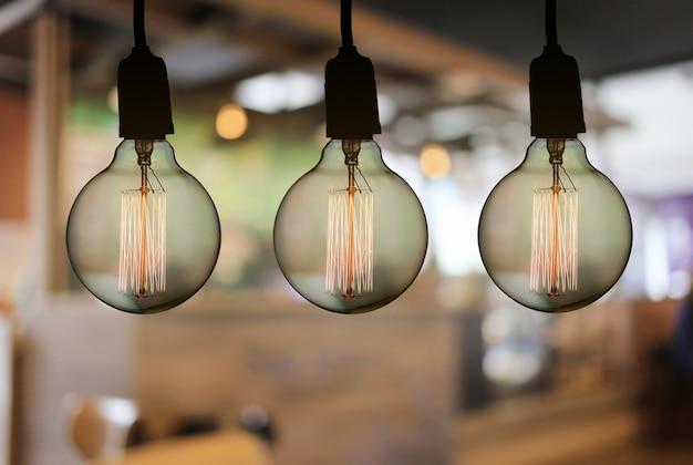 ビンテージのランプやモダンな電球がレストランの天井にぶら下がっています。