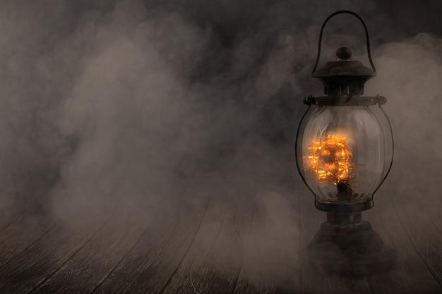 ヴィンテージランプは煙の背景の上に光ります