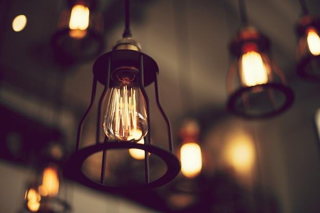 천장에 매달려 빈티지 램프