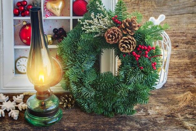 크리스마스 화환과 빈티지 랜턴