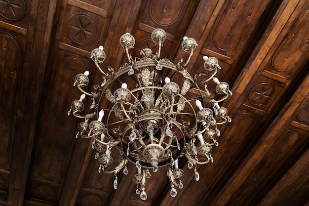 天井のクローズアップの宮殿のヴィンテージの大きなシャンデリア。
