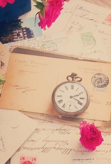 복사 공간과 오래된 시계가 있는 빈티지 편지, 복고풍 톤