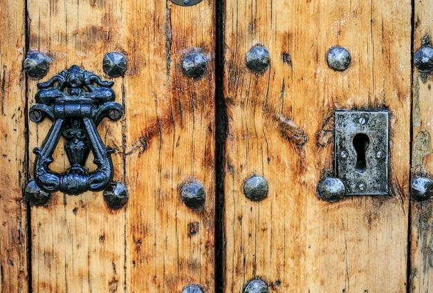 Старинный замок в деревянной двери
