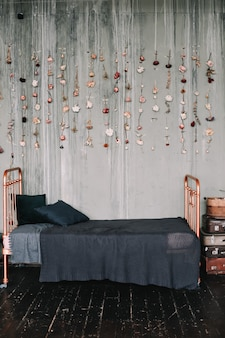 古いスタイルの暗い色の装飾が施されたヴィンテージロフトベッドルームのインテリア