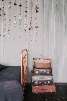 装飾が施されたヴィンテージロフトベッドルームのインテリア