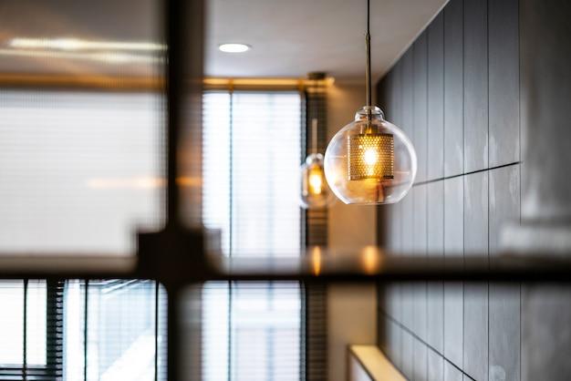 Старинный роскошный светильник для внутреннего освещения с бронзовой пластиной и прозрачной стеклянной колбой для домашнего декора.