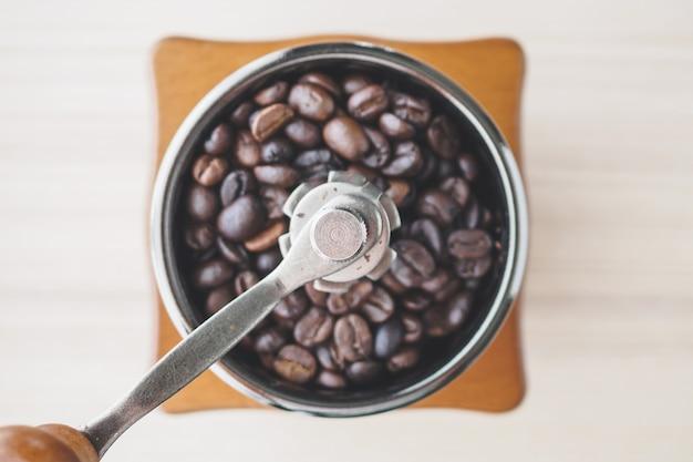 ローストコーヒー豆とビンテージ手動コーヒーグラインダー