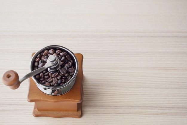볶은 커피 원두와 빈티지 수동 커피 분쇄기