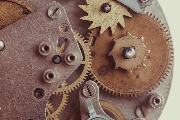 白で隔離されるヴィンテージの機械式時計のメカニズム