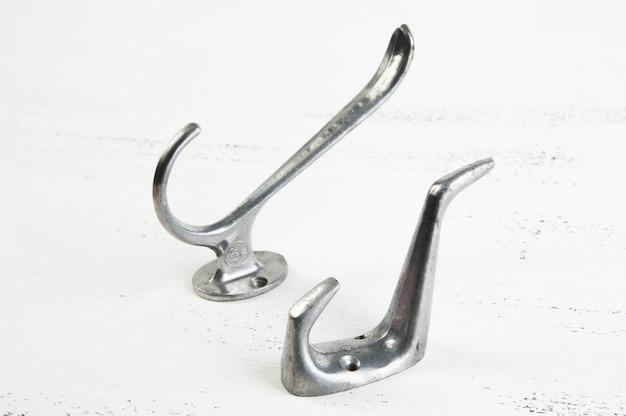 Старинные металлические крючки-вешалки