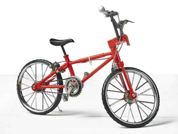 나무 테이블 위에 빈티지 금속 흰색 자전거 장난감
