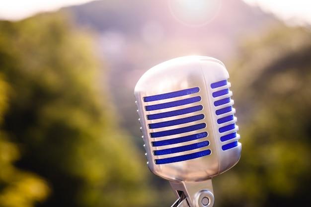 Винтажный микрофон, металлический ретро-стиль. концепция открытого живого шоу.