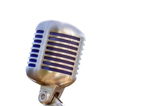 Винтажный микрофон, металлический ретро-стиль с белой поверхностью и copyspace.