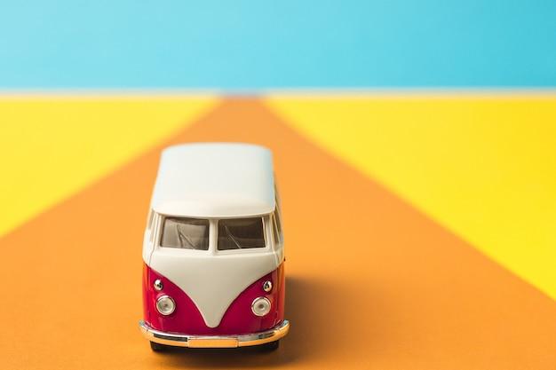 トレンディな色、旅行の概念でヴィンテージのミニチュアバス