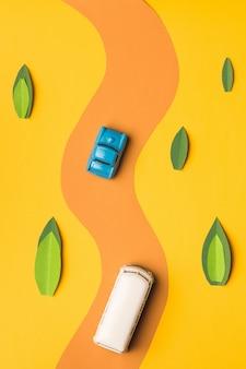 ビンテージミニチュア車とトレンディな色のバス、旅行の概念