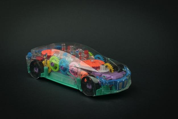 검정색 배경에 장난감 자동차의 빈티지 모델입니다. 교통 수단입니다.