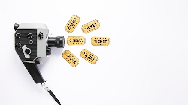 Винтажная кинокамера на белом фоне