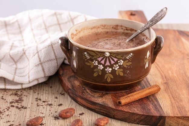 수제 핫 초콜릿과 함께 빈티지 머그잔은 나무 테이블에 따뜻하게