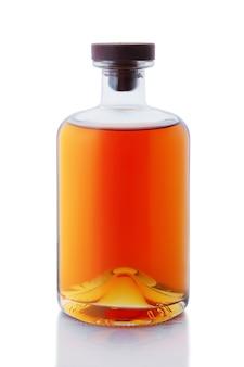 ヴィンテージなしの名前、ウィスキーまたはブランデーが白い表面に分離されたブランドボトルなし