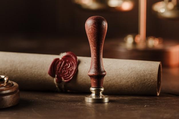 木製のテーブルにヴィンテージ公証スタンプと封印された文書