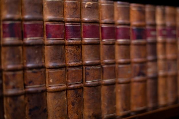 Старинные старые книги на деревянной полке