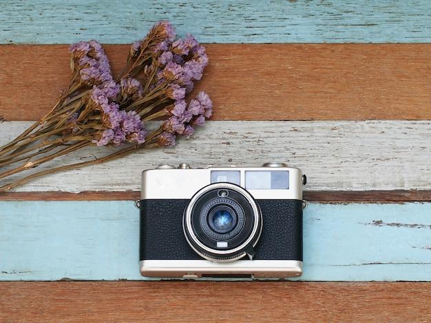오래 된 나무에 꽃과 빈티지 오래 된 카메라