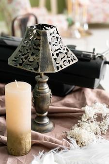 책상에 빈티지 오래 된 레트로 스타일 램프