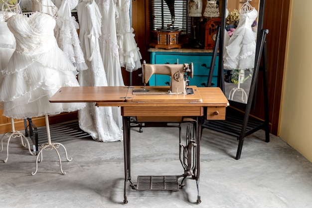 결혼식 한 벌을 만들기위한 빈티지 오래 된 재봉틀.