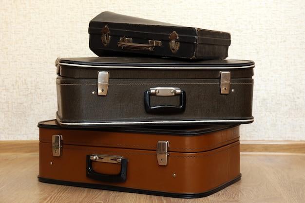 Старинные старые чемоданы путешествия на полу