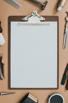 Винтажные инструменты салона с бумажным буфером обмена в концепции вакансий и карьеры