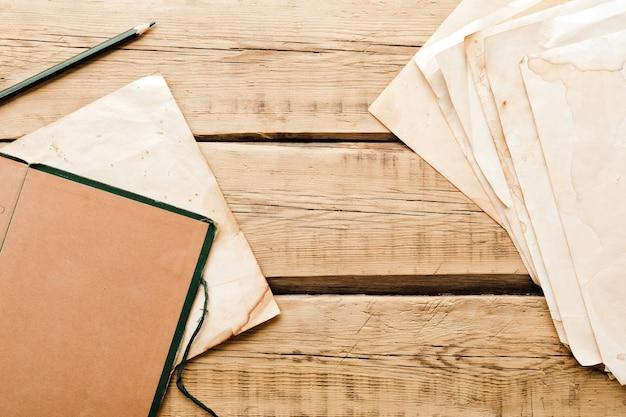 빈티지 종이. 나무 배경에 오래 된 메모장입니다. 공간을 복사하십시오. 고품질 사진