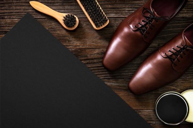 Инструменты для полировки обуви на винтажном бумажном столе в концепции работы и карьеры