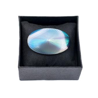 Винтажная жемчужная брошь в виде ракушки в коробке на белом изолированном фоне
