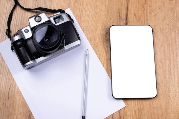 ヴィンテージ写真カメラ、デジタルタブレット、ペン、空白のページ