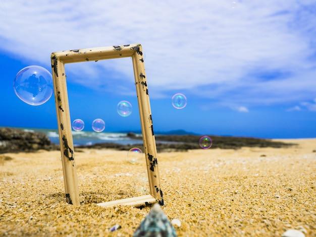 ビンテージフォトフレーム、海、夏のビーチと空の背景に石鹸