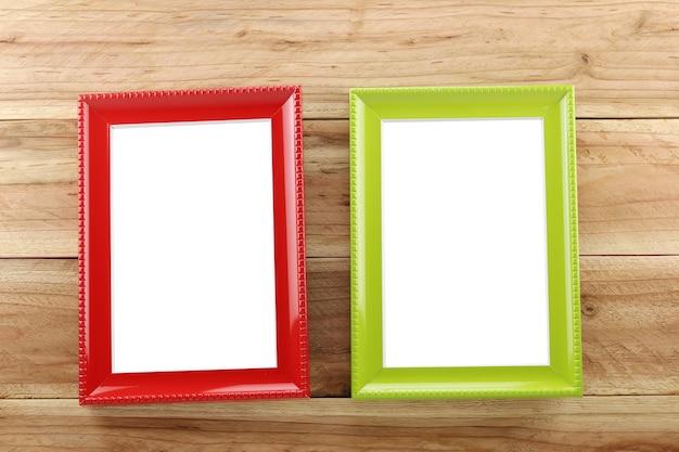 Винтаж фоторамка на деревянном фоне, и вы можете вводить изображение.