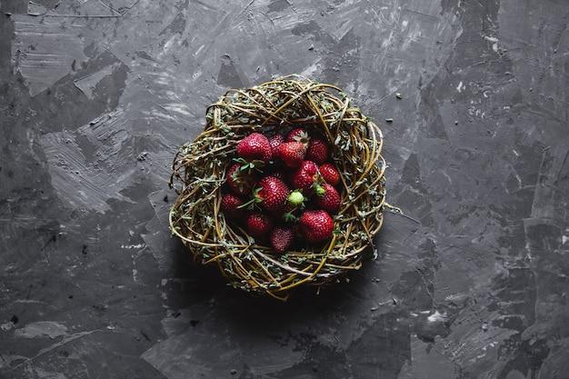 Винтажная фотография с клубникой на темном сером фоне в старом венке. здоровое питание, фрукты