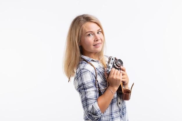 Винтаж, фотограф и концепция хобби - ретро-камера в руках женщины над белой поверхностью